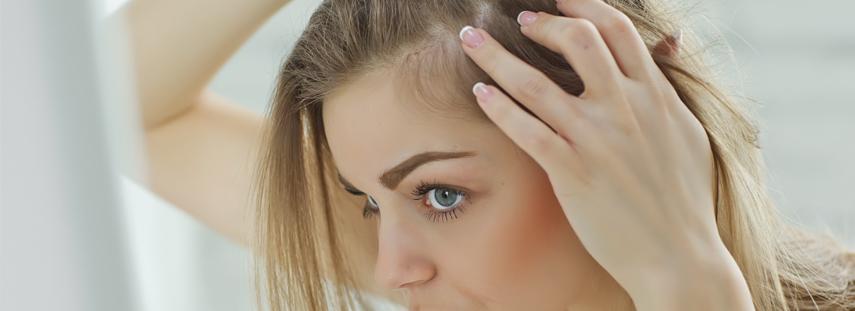 imagen mujer mirando su cuero cabelludo